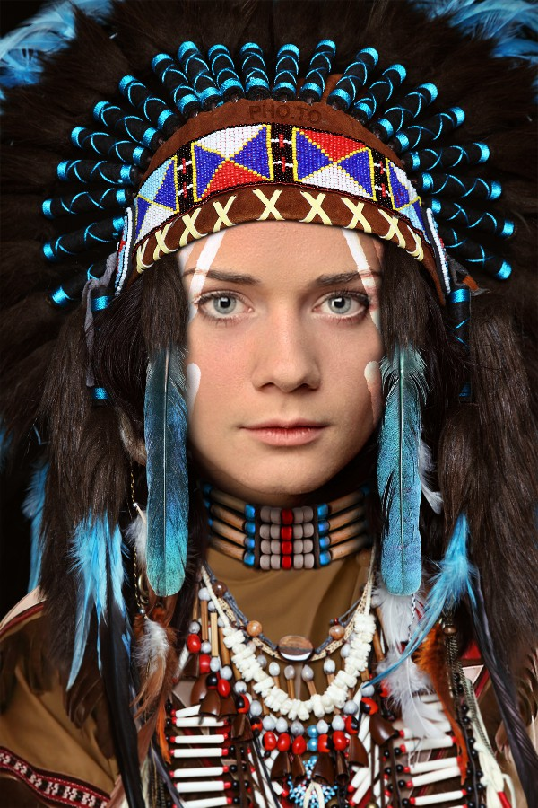 Put face in hole & become Native Indian in war bonnet