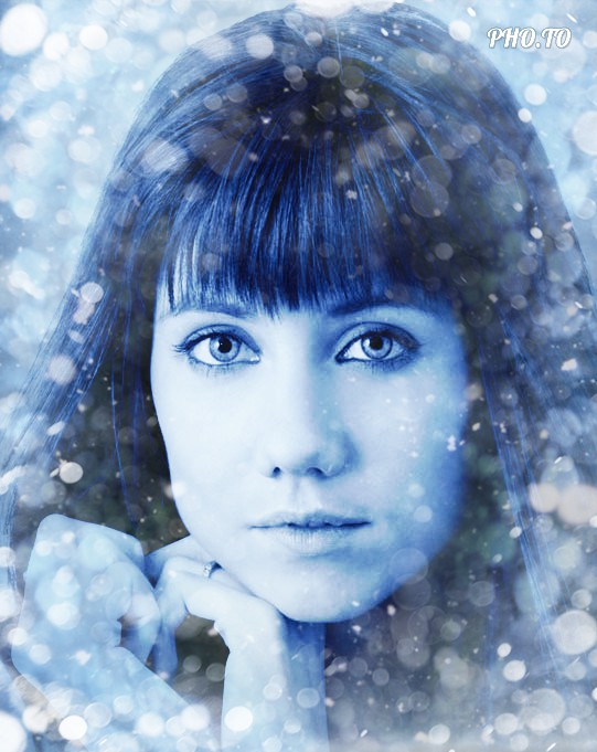 Young girl adds a blue bokeh effect to her holiday photo for free